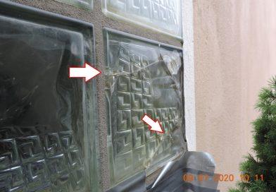 Korrosionsbedingte Beschädigung in einer Glasbausteinwand